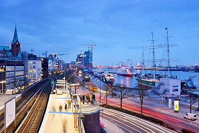 Germany, Hamburg, subway station Landungsbruecken at blue hour - p300m1023268f by Biederbick&Rumpf