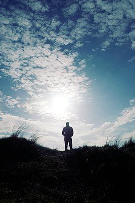 Silhouette eines Mannes in den Dünen - p597m2038642 von Tim Robinson