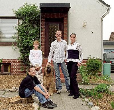 Familie vor dem Eigenheim - p0100116 von Katharina Werin