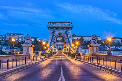 Lion statues and illuminated streetlamps along Chain Bridge, Budapest, Hungary,Budapest, Central Hungary, Hungary - p1100m2084134 by Mint Images