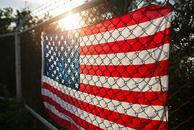 US-American flag on barbed wire fence, close up - p300m2140134 by Sus Pons