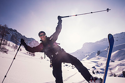 Man enjoying while skiing on swy landscape at Achenkirch, Tyrol, Austria - p300m2197740 by Studio 27