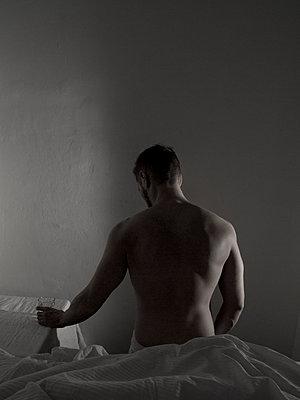 Mann auf Bettkante - p444m2047721 von Müggenburg