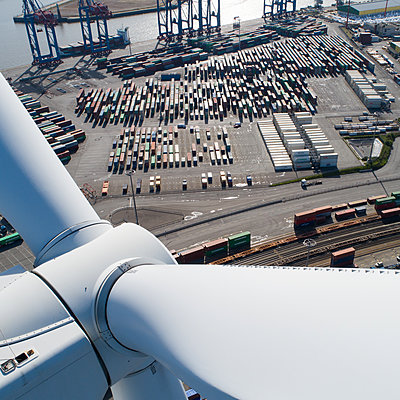 Deutschland, Hamburg, Tollerort, Windenergie am Containerterminal  - p1079m2157693 von Ulrich Mertens