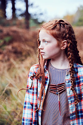 Portrait of young girl in rural setting - p429m1407761 by Emma Kim