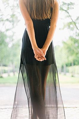 Junge Frau im schwarzen Partykleid - p586m1041917 von Kniel Synnatzschke