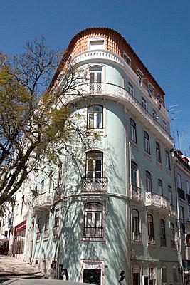 Street corner, Lisbon, Portugal - p675m922848 by Marion Barat