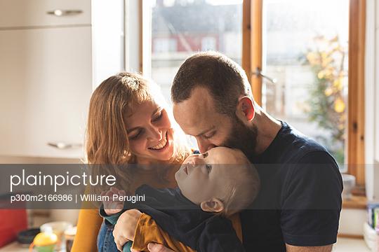 Happy affectionate family in the kitchen at home - p300m2166986 von William Perugini