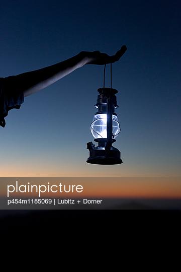 Noch etwas Licht - p454m1185069 von Lubitz + Dorner
