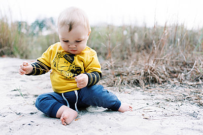 A six month old boy having a blast in a park. - p1166m2162842 by Cavan Images