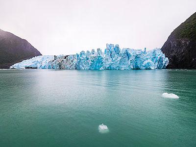 Argentina, Patagonia, El Calafate, Puerto Bandera, Lago Argenti, Parque Nacional Los Glaciares, Estancia Cristina, Spegazzini Glacier, iceberg - p300m1587640 by Martin Moxter