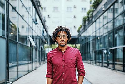Portrait of a young man wearing glasses - p300m2030592 von Zeljko Dangubic