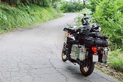Father and son on a motorbike trip on a country road - p300m2059988 by Francesco Buttitta