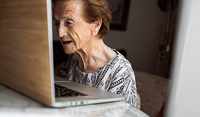 elderly woman with hearing problems using technology at home, Madrid / Spain - p300m2299142 von Jose Carlos Ichiro