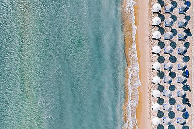 Many parasols on the beach, Zakynthos, drone photography - p713m2289183 by Florian Kresse