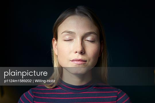Junge Frau mit geschlossenen Augen - p1124m1589202 von Willing-Holtz
