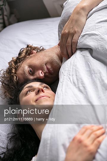 Paar im Bett - nah - p1212m1178889 von harry + lidy