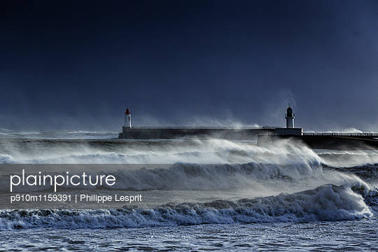 Brandungswellen an der Küste  - p910m1159391 von Philippe Lesprit