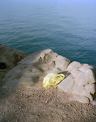 Plastic bag on the waterfront - p436m1445501 by R. Petersen