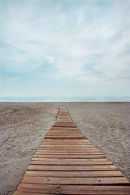 Holzsteg am Strand - p5970027 von Tim Robinson