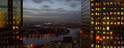London panorama from Citigroup Tower at dusk with lights in windows towards the River Thames. - p855m1112272 by Richard Bryant