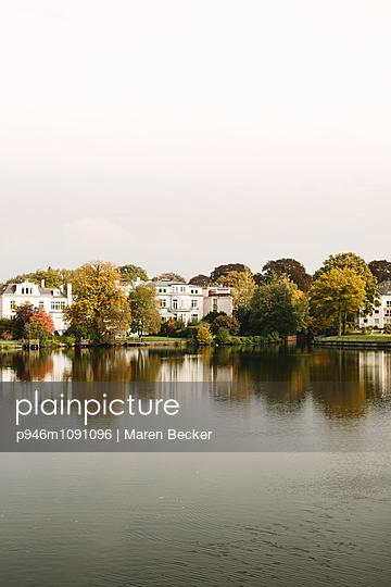 Villen am See - p946m1091096 von Maren Becker
