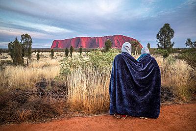 Australien Junges Paar Ayers Rock Uluru - p1275m2032064 von cgimanufaktur