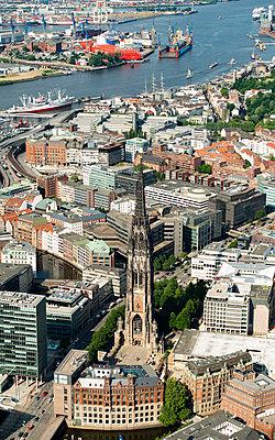 Luftaufnahme von St. Nikolai-Kirche, Hamburg II - p1493m1584448 von Alexander Mertsch
