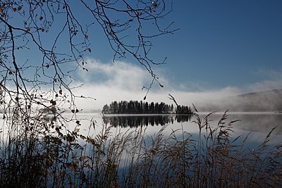 Morgennebel am See - p235m1071747 von KuS