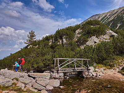 Bulgaria, Hiking trail over a wooden bridge in the mountains - p390m2215604 by Frank Herfort