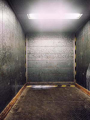 Leerer Fahrstuhl - p536m1223088 von Schiesswohl