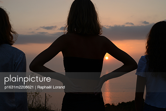Three people looking at sunset - p1631m2208621 by Raphaël Lorand