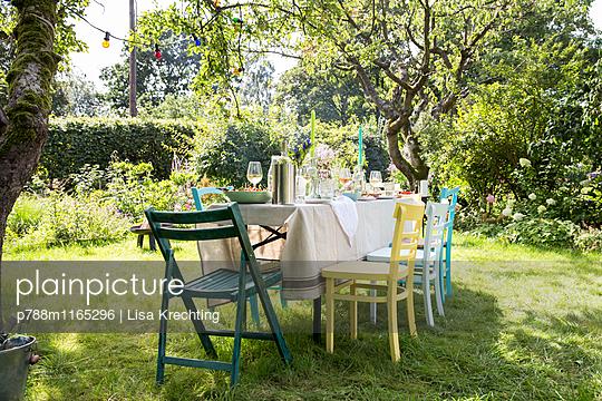Gedeckter Tisch im Garten - p788m1165296 von Lisa Krechting