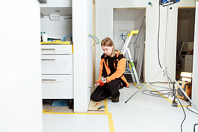 Young woman renovating house - p312m2262877 by Phia Bergdahl
