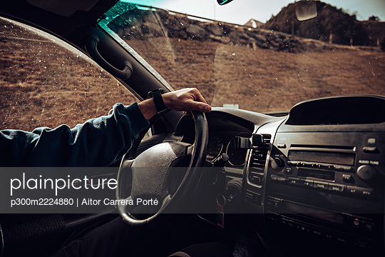 Arm of young man driving SUV - p300m2224880 by Aitor Carrera Porté