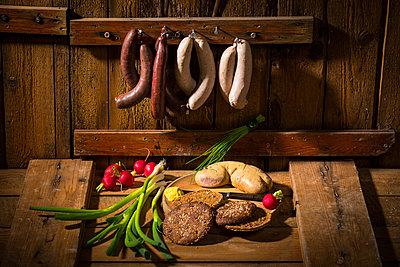 liver sausage, blood sausage,  spring onion, red radish, chives, mustard, bread - p300m1535576 by Roman Märzinger