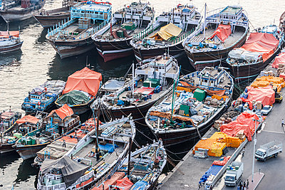 High angle view of boats moored on Dubai creek - p301m1101862f by Johannes Marburg