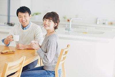 Japanese couple in the kitchen - p307m2003770 by Yosuke Tanaka