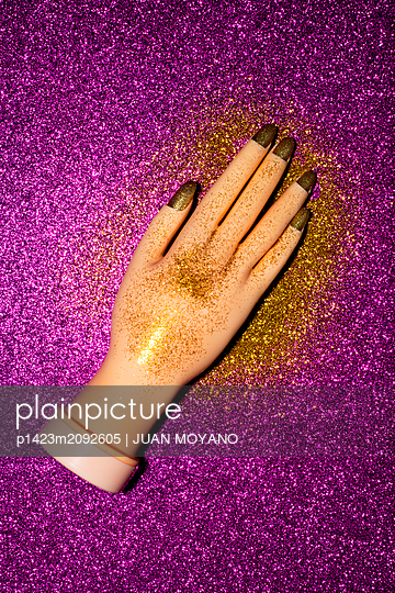 Fake woman hand with golden fingernails - p1423m2092605 by JUAN MOYANO