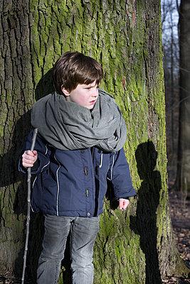 Kind im Wald - p1308m1332346 von felice douglas