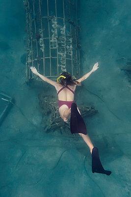Woman underwater - p300m1469707 by Konstantin Trubavin