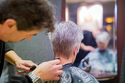 Senior woman getting new hair cut, hairdresser shaving neck - p300m978172f by Frank Röder