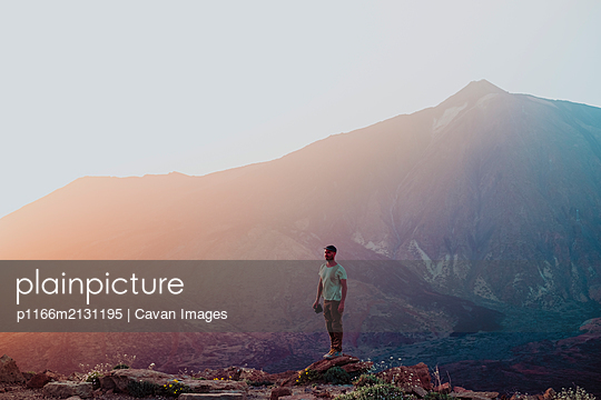 A photographer with awesome Teide in the back at sunset - p1166m2131195 by Cavan Images