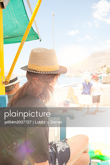 Dockside waiting - p454m2037727 by Lubitz + Dorner