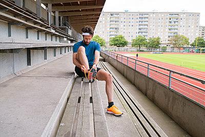 Sweden, Skane, Malmo, Athlete preparing for training - p352m1349837 by Viktor Holm