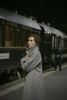 Junge Frau am Bahnsteig - p600m2073005 von Laura Stevens
