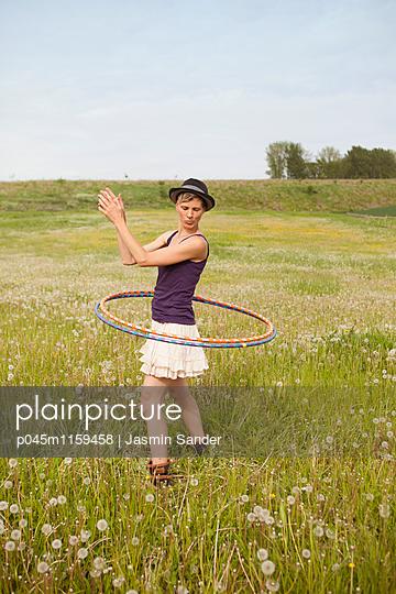 Hule-Hoop-Tanz - p045m1159458 von Jasmin Sander