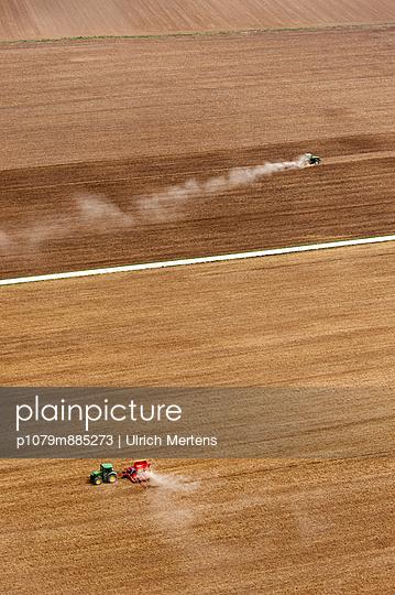 Zwei Traktoren III - p1079m885273 von Ulrich Mertens