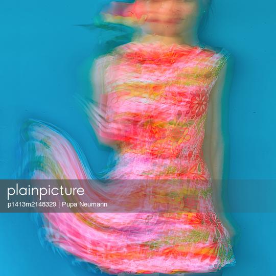Woman in summer dress - p1413m2148329 by Pupa Neumann