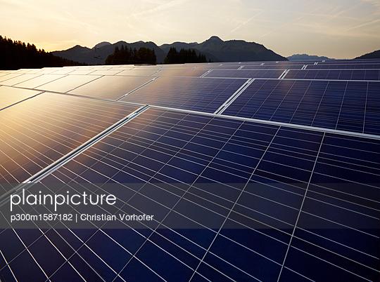 Austria, Tyrol, solar plant at evening twilight - p300m1587182 von Christian Vorhofer
